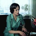 Странная женщина, 1977 год
